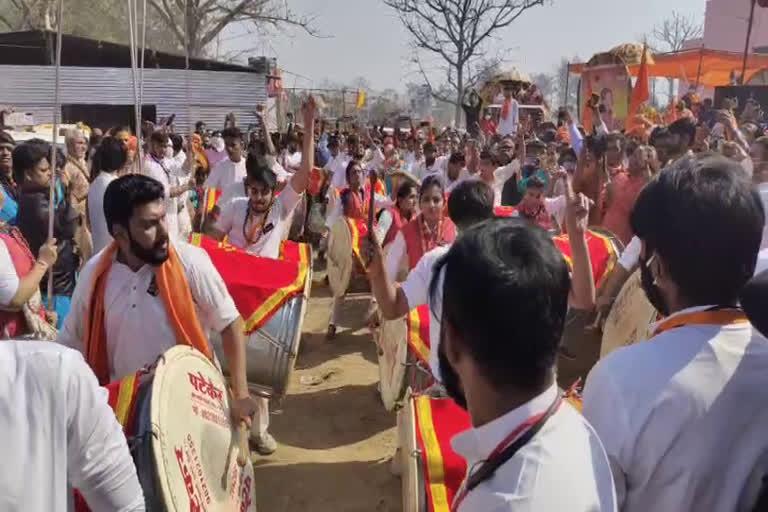 महाकुंभः पेशवाई के रंग में रंगी धर्म नगरी, ढोल-दमाऊं की धुन पर नाचे साधु-संत