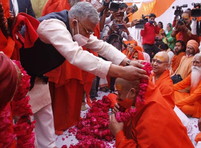 महाकुंभःसीएम त्रिवेन्द्र ने भी की पेशवाई में शिरकत