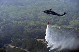 एयरफोर्स के हेलीकाॅप्टर बुझा रहे जंगलों की आग, असल चुनौतियां अभी बाकी