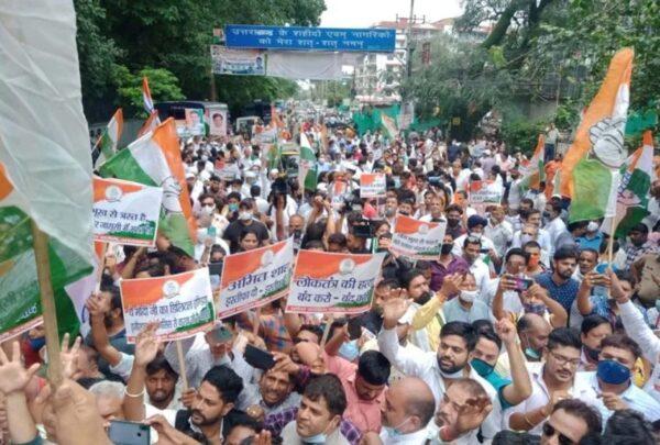 फोन टैपिंग मामले में केंद्र सरकार पर हमलावर हुई कांग्रेस, देहरादून में किया राजभवन कूच