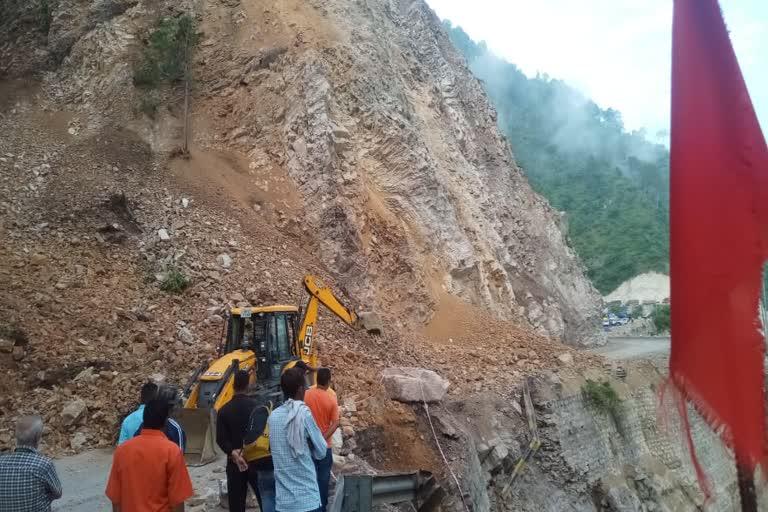ऋषिकेश-बदरीनाथ एनएच पर हो रहा भूस्खलन, मार्ग 3 घंटे यातायात के लिए रहा बाधित